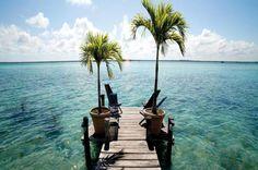 Bacalar y la Laguna de los 7 Colores  Bacalar es un pequeño pueblo de solo 9000 habitantes, muy cerca de la Riviera Maya, y casi en la frontera con Belice.  El principal atractivo de este pueblo, es la Laguna Bacalar, también conocida como la Laguna de los 7 Colores. Una laguna con 42 km de largo, y solo 2 km en su punto más ancho.