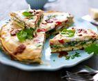 Tasty Tapas-Tortillas Rezept: Kartoffeln,Salz,Paprikaschoten,Blattspinat,Zwiebel,Knoblauchzehe,Feta,Olivenöl,Pfeffer,Cayennepfeffer,Eier,Milch,Petersilie,Kapern
