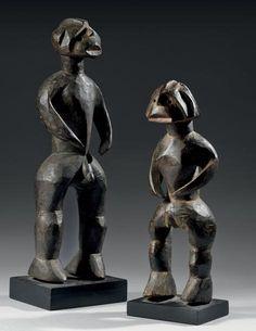 Couple de statuettes Chamba (Shendam) - Nigéria Bois - H.: 39 cm et 47,5 cm Les personnages sont debout, les bras détachés du corps. La femme est courbée par le poids de l'enfant, l'homme se tient droit… - Eve - 08/12/2014