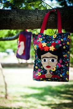 My water bottle stays in this while I'm in the back yard! Bolsa frida artesanato - Pesquisa Google