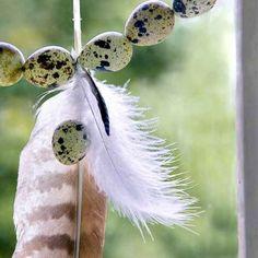 Une guirlande d'œufs et de plumes pour une décoration de Pâques / A garland of eggs and feathers for an Easter decoration