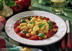 Gnocchi in Tomaten- Schafskäse-Soße mit Basilikum Rezept   LECKER Gnocchi, Ethnic Recipes, Food, Noodles, Salads, Popular Recipes, Eat Lunch, Cooking Recipes, Essen