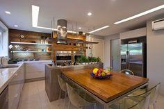 O objetivo da reforma conduzida pela arquiteta Lulu Andrade, do escritório Adoro Arquitetura, era ampliar a cozinha e integrá-la à área social da casa. Para isso, o quarto de serviço foi eliminado para criar uma cozinha americana, com bancada de pedra Silestone