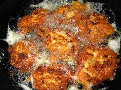A száraz kenyérből nem csak bundás kenyeret készíthetsz! A kenyérfasírt hasonlít rá, de mégis más mert sajt és fokhagyma is kerül bele! Vacsorára, vagy főzelékek mellé is tálalható filléres finomság! Hozzávalók: 30 dkg száraz kenyér 10 dkg reszelt sajt 3 gerezd fokhagyma 2 tojás 0,5 dl tej ételízesítő só, bors olaj Elkészítése: A kenyeret pici … Pork Recipes, My Recipes, Cake Recipes, Vegetarian Recipes, Cooking Recipes, Healthy Recipes, Healthy Food, Hungarian Recipes, Hungarian Food