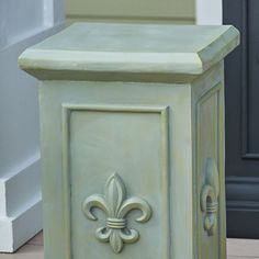 Fleur-de-lis Topiary Urn Pedestal