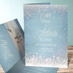 Ihr schwebt auf Wolke 7 und möchtet es allen zeigen? Dann sind kreative Hochzeitseinladungen wie diese genau richtig! Hellblau und mit süßem Winterzauber...