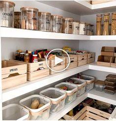 Hier zijn een aantal pantry organisatie ideeën om het leven in de keuken makkelijker voor je. #huisdecoratie #decorideeën