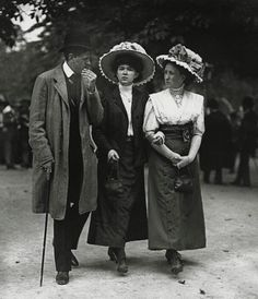 Extraordinary Candid Vintage Photographs That Capture Street Scenes of Vienna, Austria From the and ~ vintage everyday Edwardian Era, Edwardian Fashion, Victorian, Old Pictures, Old Photos, Vienna Prater, Belle Epoch, Vintage Photographs, Fashion History