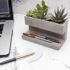 Des jardinières de bureau en béton, pour se mettre au vert et au boulot. Deux modèles disponibles : - Pot à stylos et fournitures - Lampe LED avec alimentation par port USB.