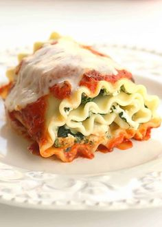 Healthy Spinach Lasagna Rolls - easy, healthy, and filling! Spinach and ricotta rolled up in cooked lasagna noodles. Only 224 calories per roll! If you're looking for a healthy dinner recipe, these Healthy Spinach Lasagna Pasta Recipes, Dinner Recipes, Cooking Recipes, Lasagna Recipes, Cooking Tips, Recetas Salvadorenas, Spinach Lasagna Rolls, Spinach Rolls, Spinach Ricotta