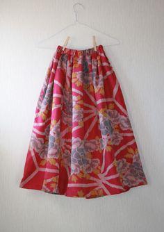 昭和に作られたと思われる銘仙の着物を丁寧にほどき、洗い、ギャザーゴムスカートを作りました。生地の色は鮮やかなピンク色で、大ぶりな牡丹の花模様が織り出されていま...|ハンドメイド、手作り、手仕事品の通販・販売・購入ならCreema。| A creation by Creema; likely taisho kimono becoming a skirt.