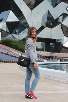 Futuroscope Look similare : Pull gris + jeans bleached + converse roses