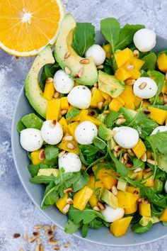 Rucola-Mango-Salat mit Pinienkernen, Avocado und Orangendressing Fruity arugula and mango salad with pine nuts, avocado and a quick orange dressing – food palate friend Raw Food Recipes, Salad Recipes, Dinner Recipes, Healthy Recipes, Healthy Salads, Healthy Eating, Healthy Food, Healthy Lunches, Mozzarella Salat