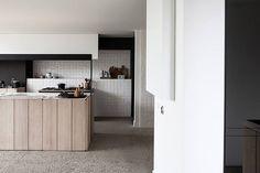 Azulejos similares a los de nuestra colección #Monocolores comparten protagonismo en esta cocina con la madera y el cemento.