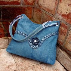 30 variants of bags made from old jeans Denim Purse, Tote Purse, Tote Bags, Denim Handbags, Purses And Handbags, Bag Quilt, Blue Jean Purses, Recycled Denim, Fabric Bags