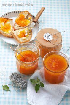 Aprikosenkonfitüre mit Vanille, Morgenstund hat Gold im Mund – und feinen Aprikosen-Aufstrich auf dem Brot. Frucht-Info Aprikosen: Verwenden Sie zum Einkochen sehr reife, weiche Aprikosen mit einem kräftigen Orangeton. Denn je intensiver die Farbe, desto voller das Aroma. Feste Früchte erwischt? Die reifen in Gesellschaft von Äpfeln innerhalb weniger Tage wunderbar nach. burdafood.net-Archiv/Eising Studio - Food Photo & Video, Martina Görlach http://www.daskochrezept.de/meine-familie-und-ich