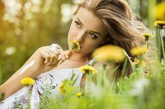 Фото Девушка лежит на траве среди цветов, фотограф Иван Близнецов