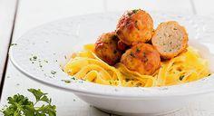 Almôndegas de peixe com tomate e pasta fresca