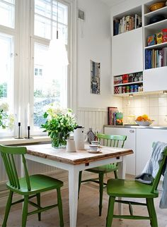 I ♥ those green chairs!!!