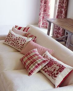Cojines en rojo - Redy to relax in this pile of pillows Sewing Pillows, Diy Pillows, Custom Pillows, Decorative Pillows, Throw Pillows, White Pillows, Cushion Covers, Pillow Covers, Cushions To Make