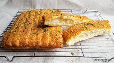 Mini batoane pufoase cu usturoi și parmezan - pull apart breadsticks | Savori Urbane Bread Baking, Baguette, Bread Recipes, Quiche, Broccoli, Banana Bread, Parmezan, Pizza, Snacks