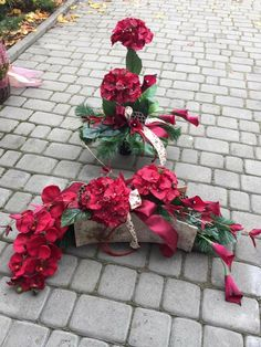 Grave Flowers, Cemetery Flowers, Funeral Flowers, Diy Flowers, Paper Flowers, White Floral Arrangements, Church Flower Arrangements, Grave Decorations, Flower Decorations
