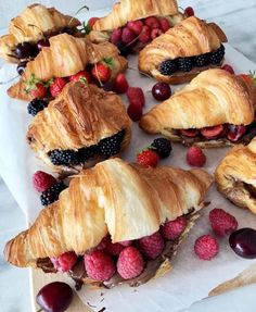 Image shared by ♡ кαяℓα ♡. Find images and videos about food, fruit and breakfast on We Heart It - the app to get lost in what you love. Croissants, Nutella, Comida Picnic, Fingerfood Party, Brunch, Tasty, Yummy Food, Cooking Recipes, Healthy Recipes