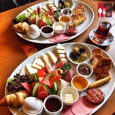 Planning A Perfect Breakfast Breakfast Platter, Breakfast Dishes, Breakfast Time, Breakfast Recipes, Breakfast Ideas, Breakfast Presentation, Food Presentation, Brunch Mesa, Turkish Recipes