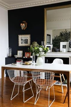 The Bertoia chairs around the simple parson's dining table. Salle à manger Chaises Harry Bertoia Peinture Bleue Miroir Table Appartement Neuilly Amélie Colombet Family Dining Rooms, Living Room Decor, Living Rooms, Dining Room Design, Dining Room Chairs, Dining Decor, Dining Sets, Dining Tables, Design Table