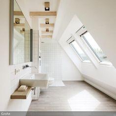 Eine angenehm warme Dusche mit Ausblick nach draußen läutet einen entspannten Tag ein. Die großen Fenster in der Dachschräge lassen viel Tageslicht in das kleine…