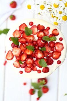 Pikainen mansikkakakku kulhoon - Suklaapossu Tiramisu, Cherry, Strawberry, Treats, Fruit, Food, Sweet Like Candy, Goodies, Essen