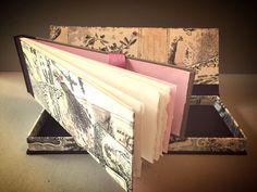 Cuaderno de acuarela fabricado con papel Arches-300 gr/m2. Encuadernado a la greca con cartone decorado en las tapas y tela en el lomo. Caja a juego y cierre mediante lazo. Pedidos y contacto: horizontesplegados@gmail.com