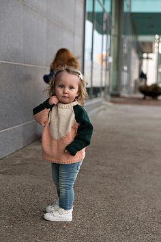 En skikkelig glad-genser strikket med intarsiametoden. Et perfekt plagg for barn som liker å leke!