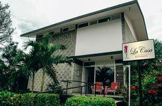 El restaurante La Casa está situado en la zona residencial de Nuevo Vedado (cerca de la terminal de autobuses Viazul), en la planta baja de una mansión de estilo californiano construida en la década de los años 50.