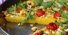 Polenta grillée aux tomates cerises, courgettes et feta. Une polenta pleinement ensoleillée ! Savoureuse ! Colorée ! Et particulièrement intéressante pour les personnes intolérantes au gluten !. La recette par Epices & moi.