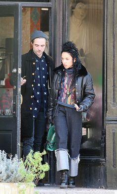 Robert Pattinson and FKA Twigs spent their post-Halloween weekend with a PDA-filled stroll around Toronto. Celebrity Baby Pictures, Celebrity Baby Names, Celebrity Babies, Robert Pattinson Fka Twigs, Robert Pattinson And Kristen, Robert Pattinson Girlfriend, Zendaya Hair, Toronto Photos, Stylish Couple