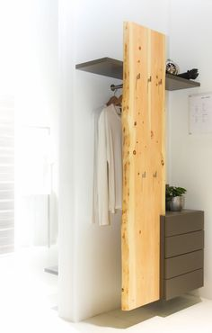PASSGENAU - HELL - NATÜRLICH     Die passgenaue Anfertigung eines Möbelstücks für eine Nische ist Schwerpunkt unserer Arbeit. Die Ecke im Eingangsbereich soll Stauraum und eine Sitzmöglichkeit bieten. Die Materialwahl, bestehend aus Weißlack und Eiche, sorgen für eine optische Vergrößerung des Raums und passen bestens zum vorhandenen Fußboden der Wohnung. Highlight dieser Garderobe sind