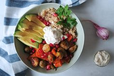 Geroosterde groenten kom met knoflook saus - The Green Creator