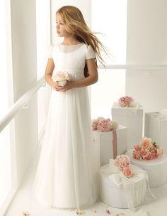 Pesquisando sobre damas de honra e pajens na internet, acabei encontrando alguns lindos modelinhos de vestidos da Rosa Clará First. Para quem não conhece (