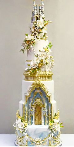 wedding cakes gold The Chic Technique: Gold and white floral castle wedding cake. Castle Wedding Cake, Crazy Wedding Cakes, Beautiful Wedding Cakes, Gorgeous Cakes, Pretty Cakes, Cute Cakes, Amazing Cakes, Fairytale Wedding Cakes, Unusual Wedding Cakes