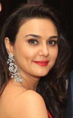 Beautiful Girl Indian, Beautiful Indian Actress, Beautiful Actresses, Bollywood Gossip, Bollywood Stars, Pretty Zinta, Bollywood Designer Sarees, Karisma Kapoor, Vintage Bollywood