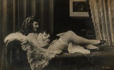 [Kobieta leżąca na kanapie, z kotem na brzuchu].