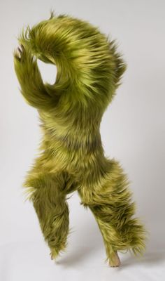 -Nick Cave, Sound Suit The body allows movement. This sound suit created by Nick cave enhances the visual side of movement. The shaggy suit dramatizes the actions the wearer is demonstrating. Pop Design, Art Et Design, Nick Cave Artiste, Nick Cave Soundsuits, Art Actuel, 3d Figures, Art Textile, Oeuvre D'art, Wearable Art