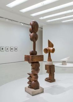 Sculptures by Constantin Brancusi, all from the Guggenheim's collection, are on view alongside photographs of the modernist master in his studio. Modern Sculpture, Wood Sculpture, Constantin Brancusi, New York Museums, Museum Of Contemporary Art, Interior Design Inspiration, Design Projects, Place Card Holders, Foundation