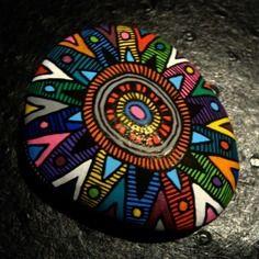 74, galet peint à l'acrylique dans les tons rouge, vert, bleu, rose, violet, orange, blanc et noir