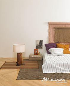 Bedroom  우선 침대 대신 매트리스를 선택해 바닥과의 친밀도를 높였다. 그리고 바닥에서의 행동 영역을 높이기 위해 일반적으로 침대 옆에 놓는 작은 러그 대신 널찍한 카펫을 두고 작은 러그를 레이어링하는 방법을 택했다. 카펫으로 펼쳐지는 매트리스 옆 공간에서는 책을 읽고, 간단한 요기를 할 수 있다.   - 나뭇결을 그대로 살린 테이블 스탠드는 삼진조명, 브론즈 컬러의 실크 액자 프레임, 감각적인 뱀부 바스켓은 모두 메종 르베이지, 금속 케이스에 담긴 캔들은 챕터원, 빈티지한 색감의 리넨 러그, 인디 핑크, 브라운 컬러의 리넨 원단, 퍼플, 머스터드 컬러의 쿠션은 모두 구다모, 기하학 패턴의 코튼 카펫, 스트라이프 패턴 베딩은 모두 메종 드 실비, 바닥재는 구정마루 프라하 시리즈 오크 컬러.