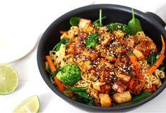 Stekta fullkornsnudlar med grönsaker och knaperstekt tofu.👌🏼 En smakrik och härlig nudelrätt med fräscha grönsaker och knaprig tofu. Perfekt middag mitt i veckan som smakar lika bra i lunchlådan dagen efter! Recept och foto: Lina Abrahamsson #kungmarkatta #recept #tofu #nudlar #wok #sesamfrö sojasås teriyaki sås