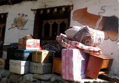 Diese Lasten müssen 400 Höhenmeter nach oben geschleppt werden. Foto: Doris Bhutan, Photos