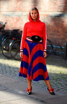 Use e abuse do vermelho vibrante e combine o moletom esportivo com uma saia midi e sapatos statement. A pochete também arremata o visual!