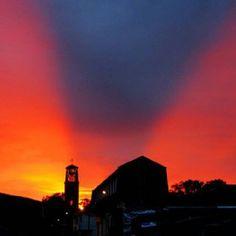La iglesia de Montenegro, Quindio bajo unas nubes y atardecer único. Montenegro, Bella, Northern Lights, Clouds, Celestial, Sunset, Nature, Travel, Outdoor